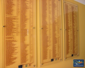 Pannelli con i nomi dei donatori